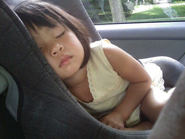 ¨spící holčička v autosedačce