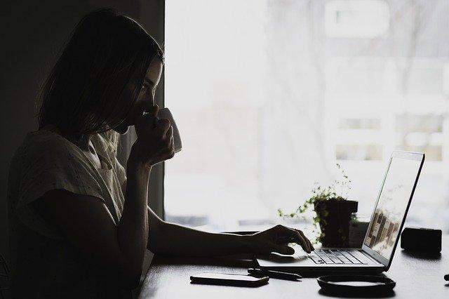 studium a káva u PC
