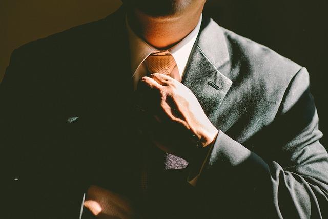 kravata v ruce