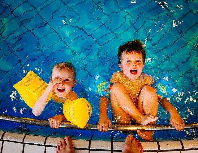 děti si hrají v bazéně