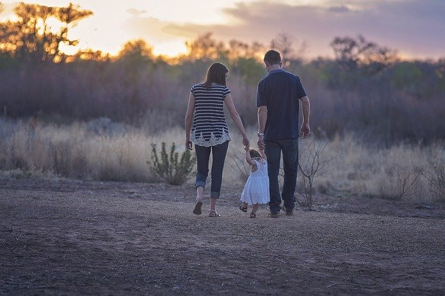 rodiče s dítětem na procházce.jpg